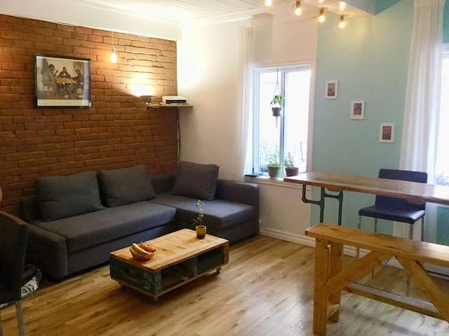 Cozy place with private backyard! 5min to subway!