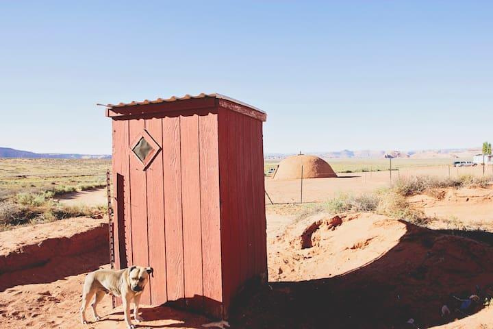 Nizhoni Hogan - Oljato-Monument Valley - Dům v zemi