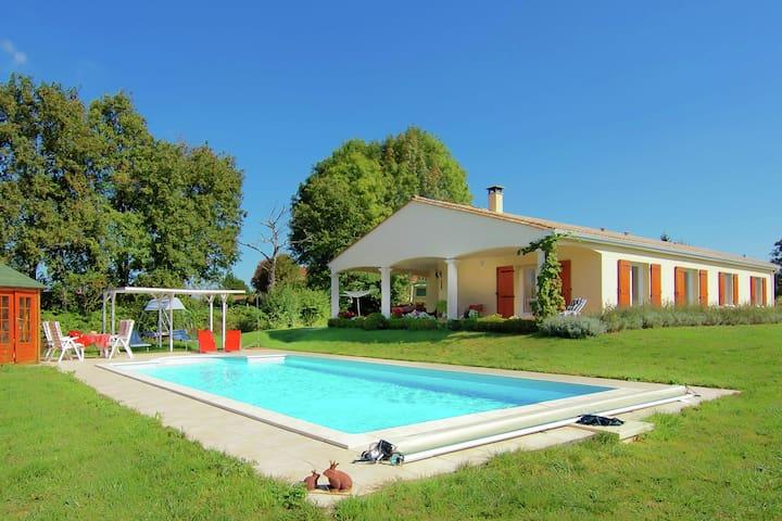 Splendide maison, située dans un environnement calme a la limite de la Dordogne