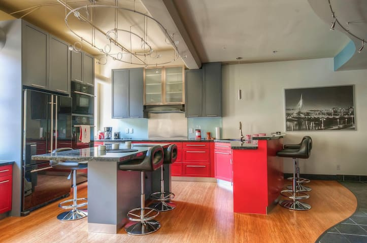 Luxury 2bdrm loft in the heart of the exchange