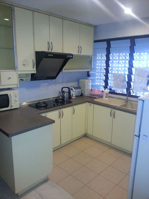 Kitchen - comes with cooking facilities and appliances!