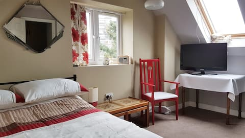 Happy to host you in cosy space in sunny Sydenham