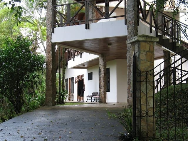"""Casa Cascada"" Jungle Tree Top Home - Nuevo Arenal - Hus"