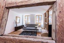Grand salon vue sur la place principale d'Obernai