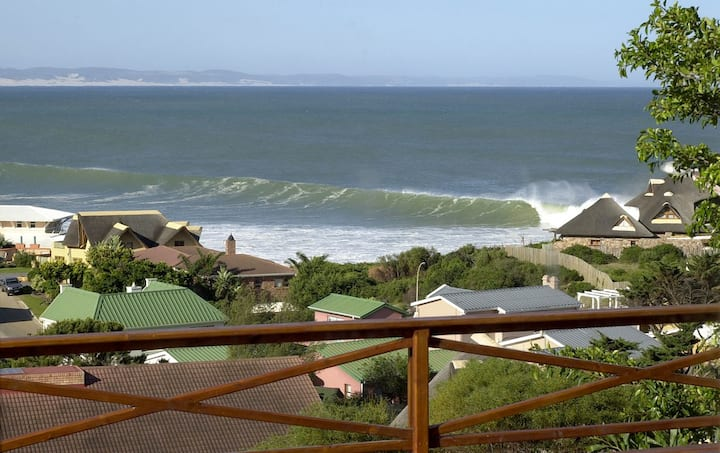 """Luxury """"Tubes"""" Surf View Flat 150m to Beach"""