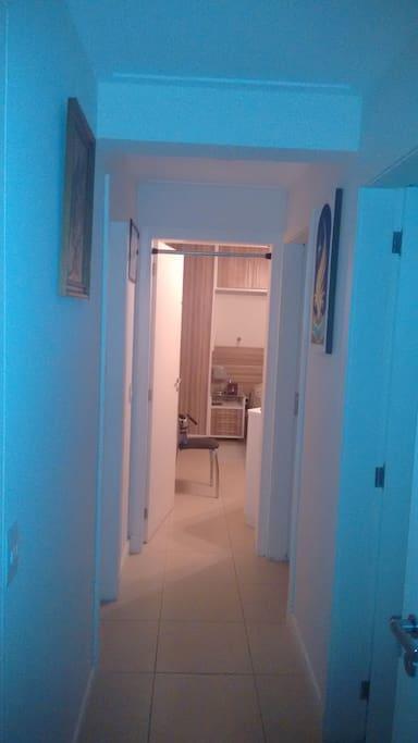 Corredor isola a Suite do restante da casa para seu conforto e privacidade.