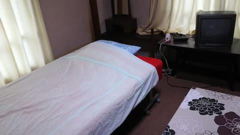 簡易シングルベッドが1台ございます。