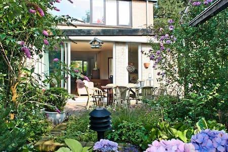 Ruime woning met zonnige achtertuin - Zwaanshoek - Maison