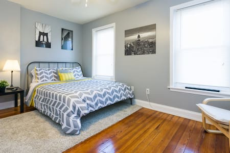 A quiet room in a simple and convenient location. - Norristown - Talo