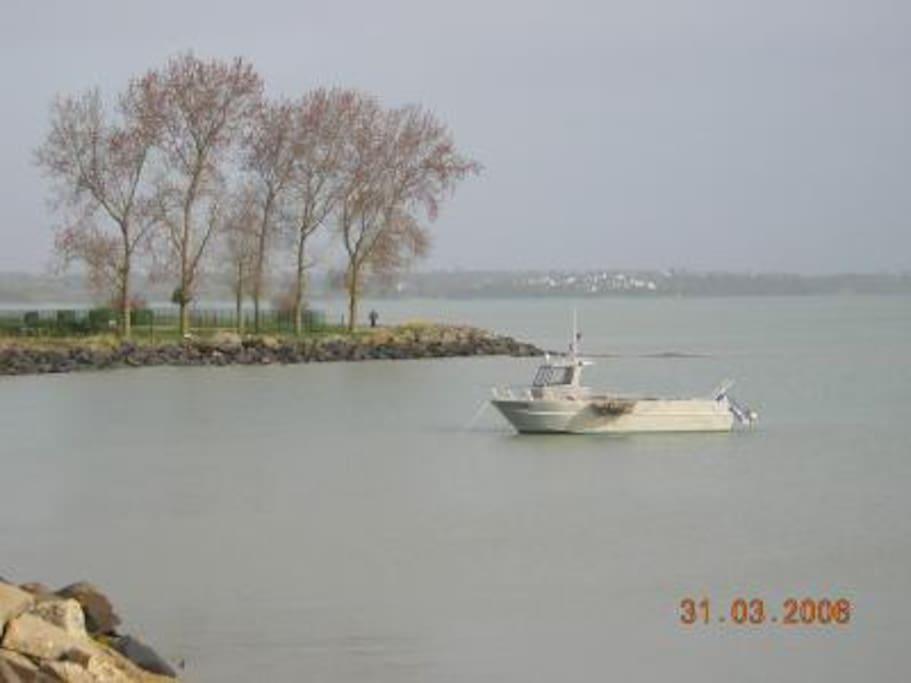 la mer devant le village Cancale au fond