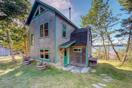 Waterfront, tech-free home w/ river view, kayaks & wood stove