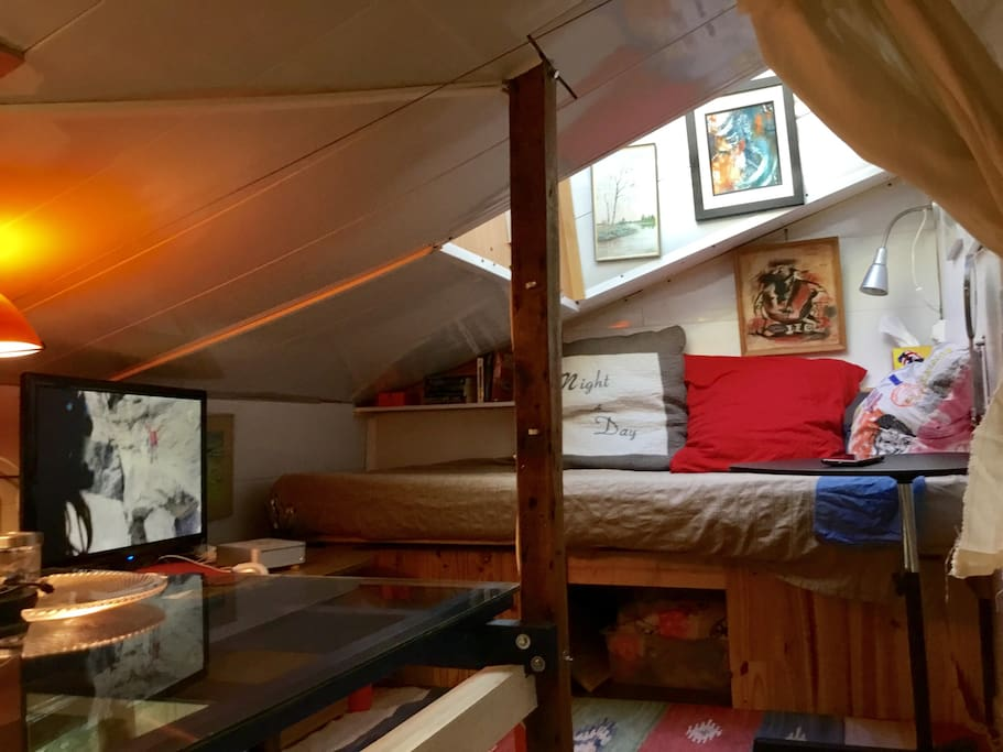 Computer with tv and films. Extra covers under the bed.