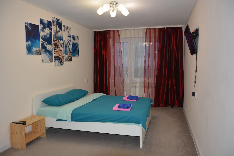 Светлая гостиная с большой двухспальной кроватью, телевизором (около 1000 каналов от детских до взрослых), бесплатный Wi-Fi