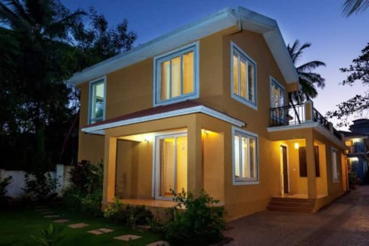 Yellow Villa: 3BRs/3.5BathR/Pool/Pool Table/Genset