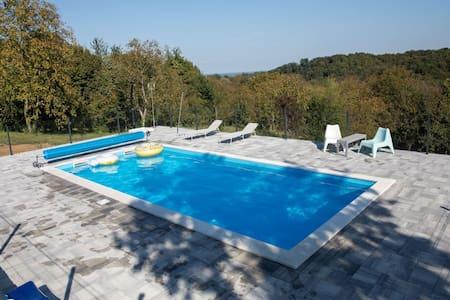 Elegante casa vacanze a Đurđevac con piscina