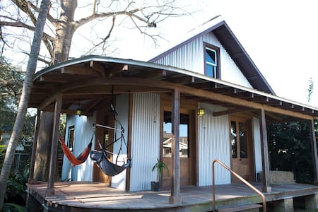 Artsy Handcrafted Cabin Downtown - Cabin