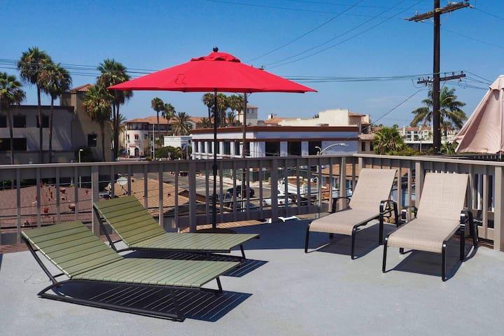 Downtown HB Studio- Amazing location, steps to shops, restaurants, bars, beach