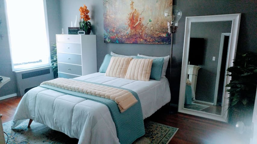 Platform bed with memory gel mattress, plenty of pillows and super soft sheets.