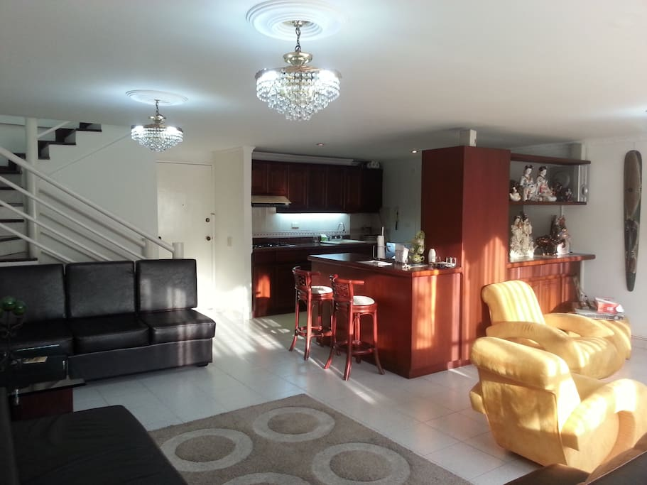 Double and large room, American type furniture, very comfortable and spacious, full HD tvs, premium channels, air, Loft type, panoramic view. Doble y Amplia Sala, muebles tipo americanos, muy cómodos y amplios, tvs full HD,canales premium, aire, tipo Loft, vista panorámica.