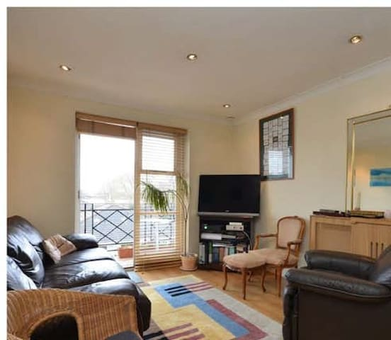 Brompton Park Crescent. 1 bedroom in 2 bed