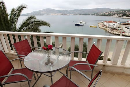 Only 5m to the Sea! Lovely 1BR Beachfront Apt - Okrug Gornji