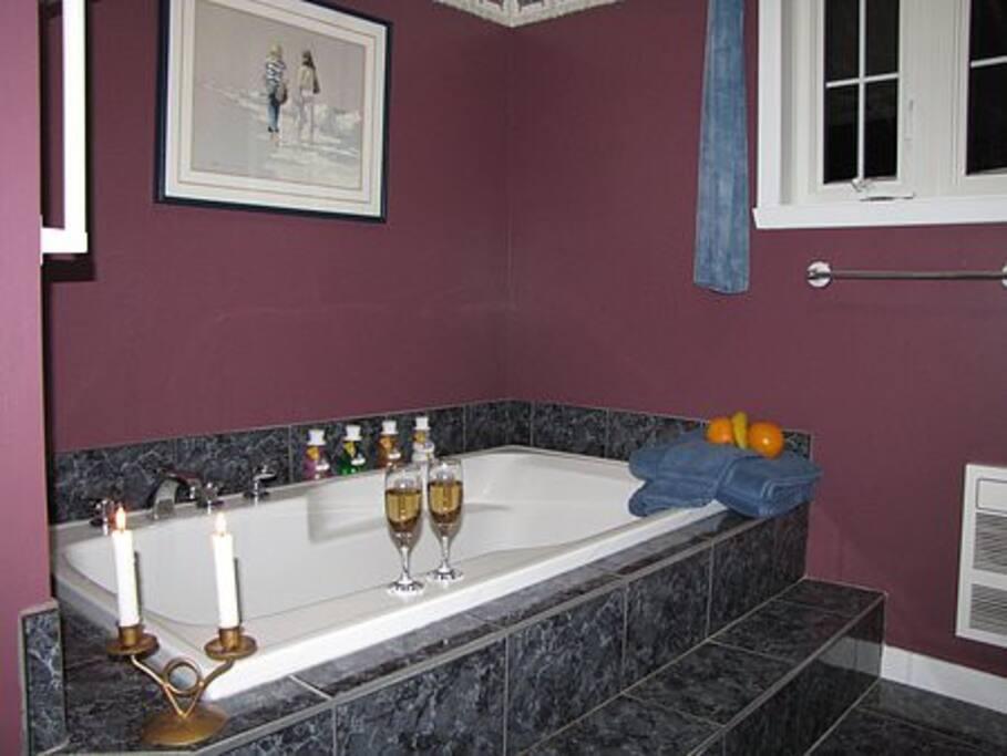 Bain podium avec cabine de douche séparée. La salle de bain est partagée par les Chambres A et B. Roman bath with seperate shower stall. Bathroom is shared by Rooms A and B.