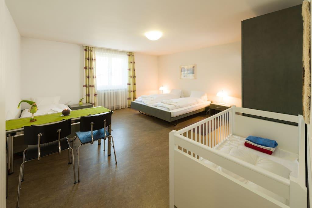 Schlafzimmer 3 Betten, Babybett, grossem Schrank und Arbeitstisch