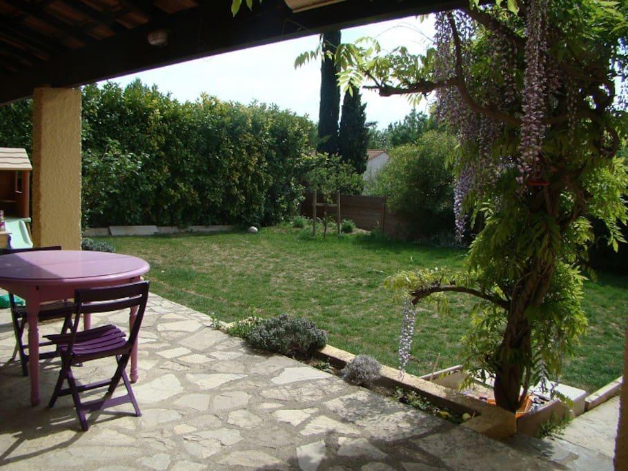 Le jardin et sa terrasse côté sud.