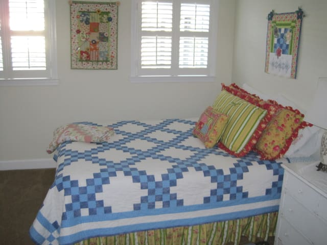 Charming Queen Room Minutes From Downtown - Hartsville