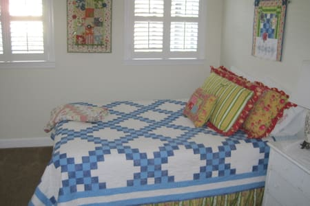 Charming Queen Room Minutes From Downtown - Hartsville - Huis
