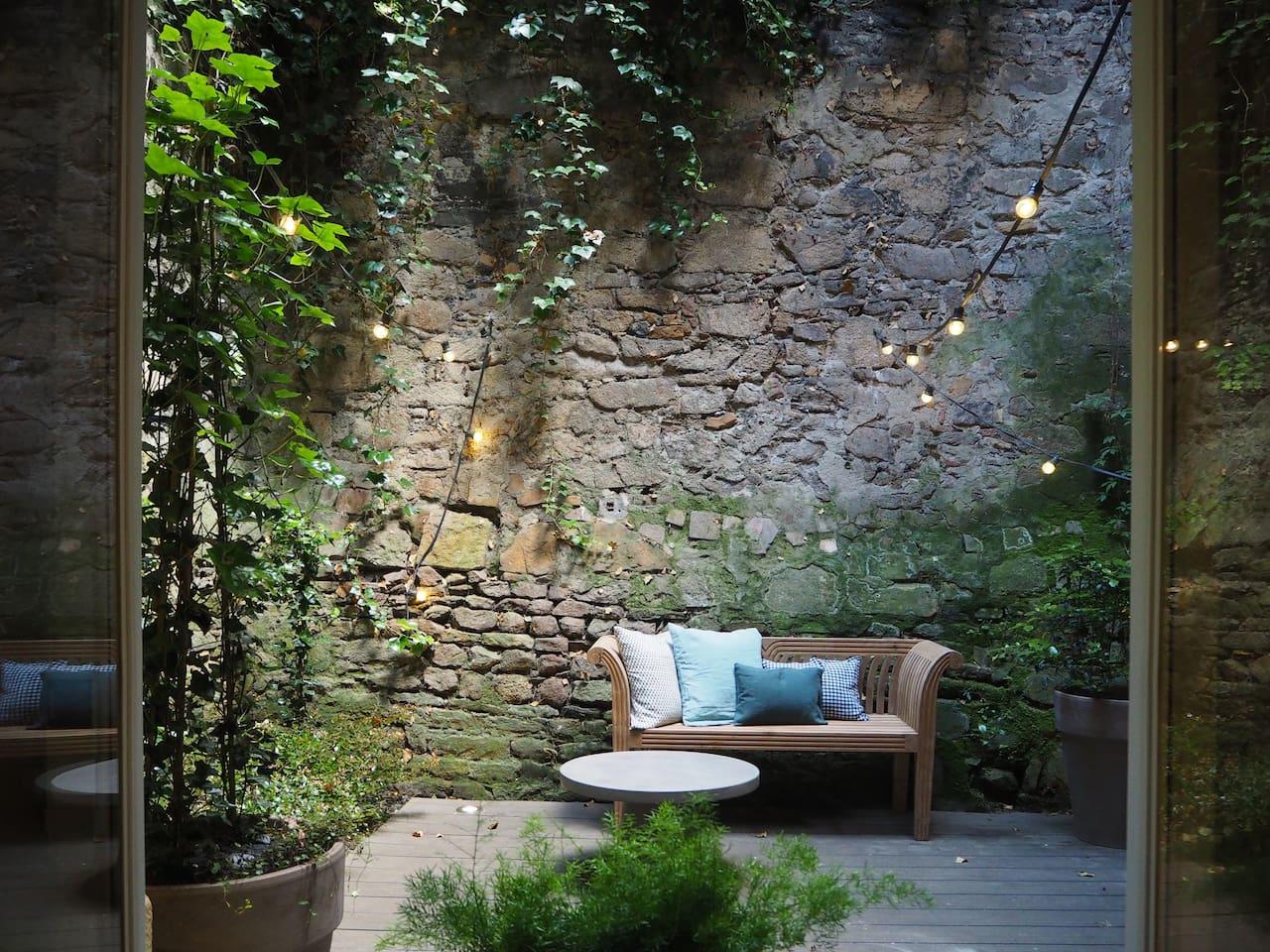 - Private patio (smoking is allowed here) - Patio privatif (fumer est authorisé sur le patio)
