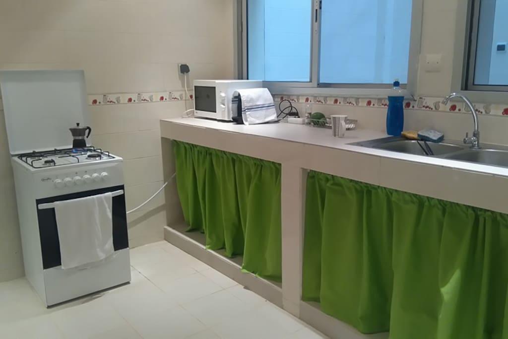 清潔なキッチン。冷蔵庫、電子レンジ、エスプレッソマシン完備。