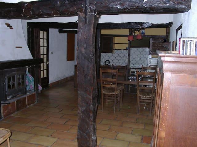 Gîte rustique en pleine campagne - Unzent - House