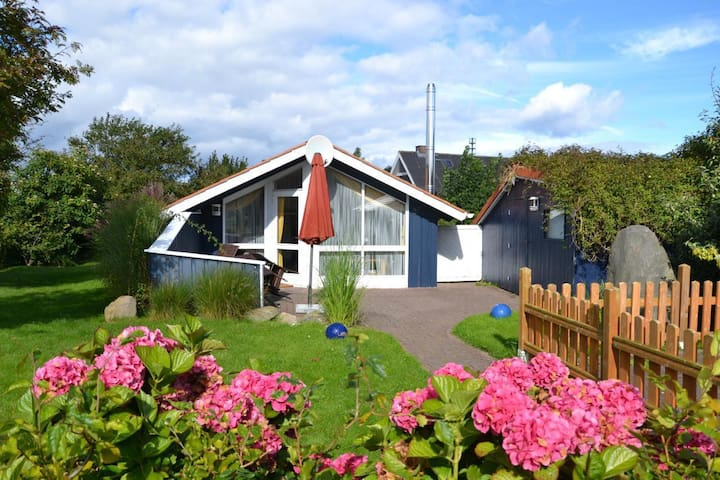 Danish comfort cottage in the Baltic Sea, lovingly furnished, about 500m to the beach and 5 minutes to the charming cliffs