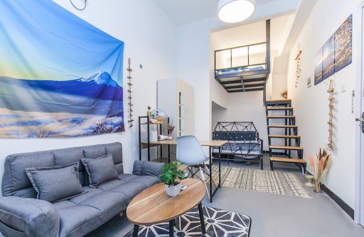 位于二层210房的日式双床房,loft榻榻米+公主床