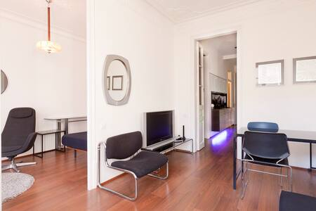 Central apartment with a lift in the 3rd floor of a classic modernist building. Recently restored, with 2 double bedrooms and a living-room with a sofa-bed, the balconies look onto the beautiful and renowned 'Eixample' neighborhood. Wellcome !