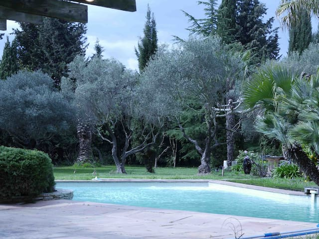 villa avec piscine et grand jardin - La Crau - วิลล่า