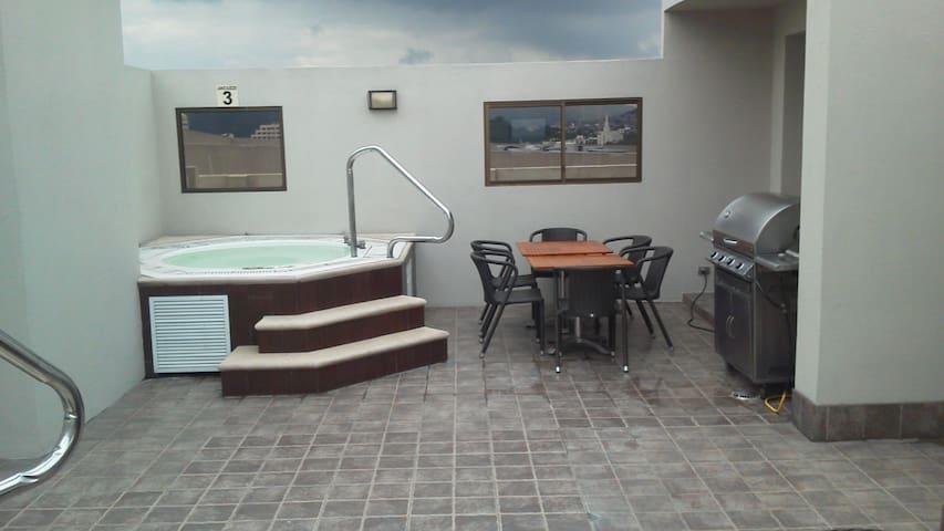 Jacuzzi y BBQ en la terraza