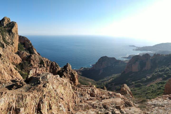 Depuis les hauteurs du Pic du Cap Roux, la vue est plongeante sur la mer.