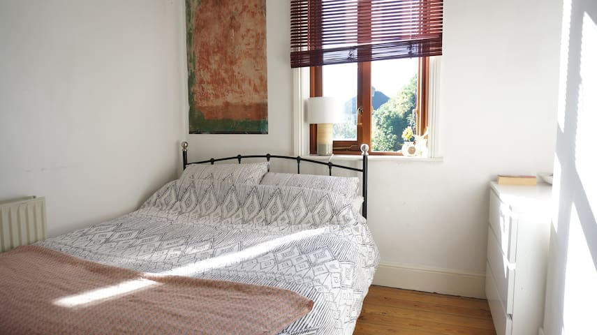 Bright Double Room in Arty House w/ Garden - London - Hus