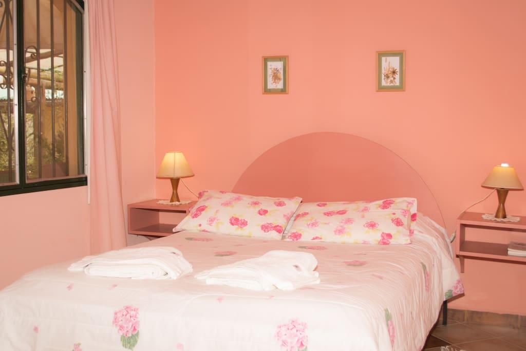 Cómoda cama matrimonial con colchón de resortes de primera calidad, para garantizar tu buen descanso