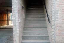 Escalera de acceso a planta alta