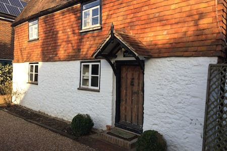 Comfortable & cosy 17th century Listed Cottage - Kemsing - House