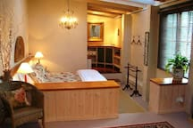 Romantic cottage with King bed, SPA bath and Log Fire.
