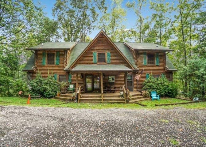 Private Dock, Hot Tub, Gas Fireplaces, 4 Kayaks, Pool Table, Air Hockey Table