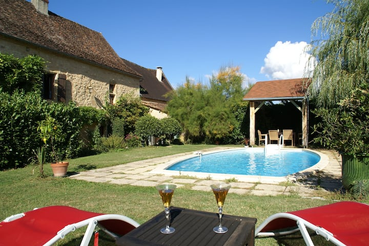 Chic Holiday Home in Aquitaine with Swimming Pool