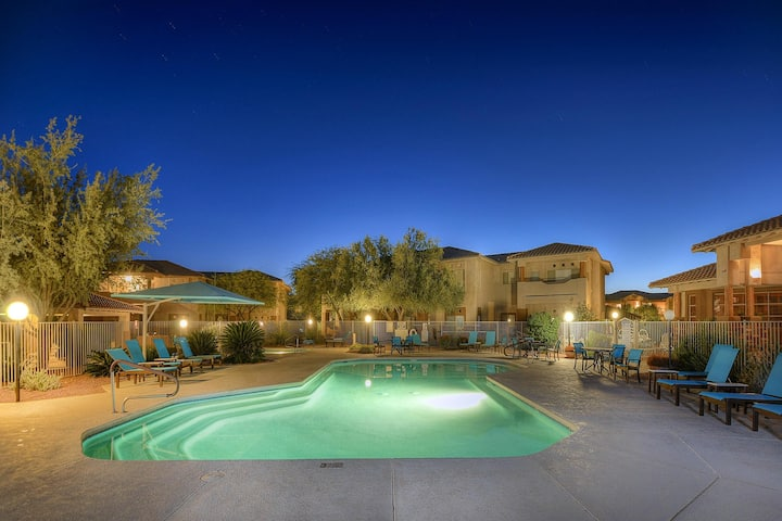 Comfortable Oro Valley condo w/ furnished balcony, shared pool, & hot tub