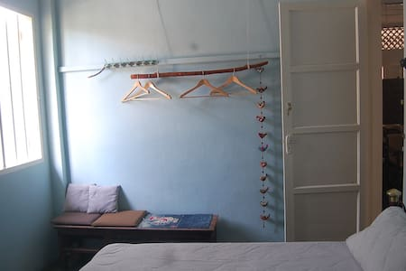 Blue room.warm and simple queen bed room. - Pekan Nanas