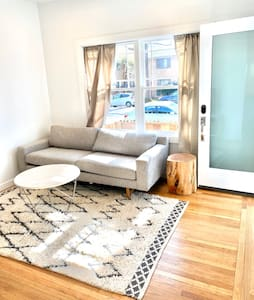 Cozy, private bungalow in best Midtown location.