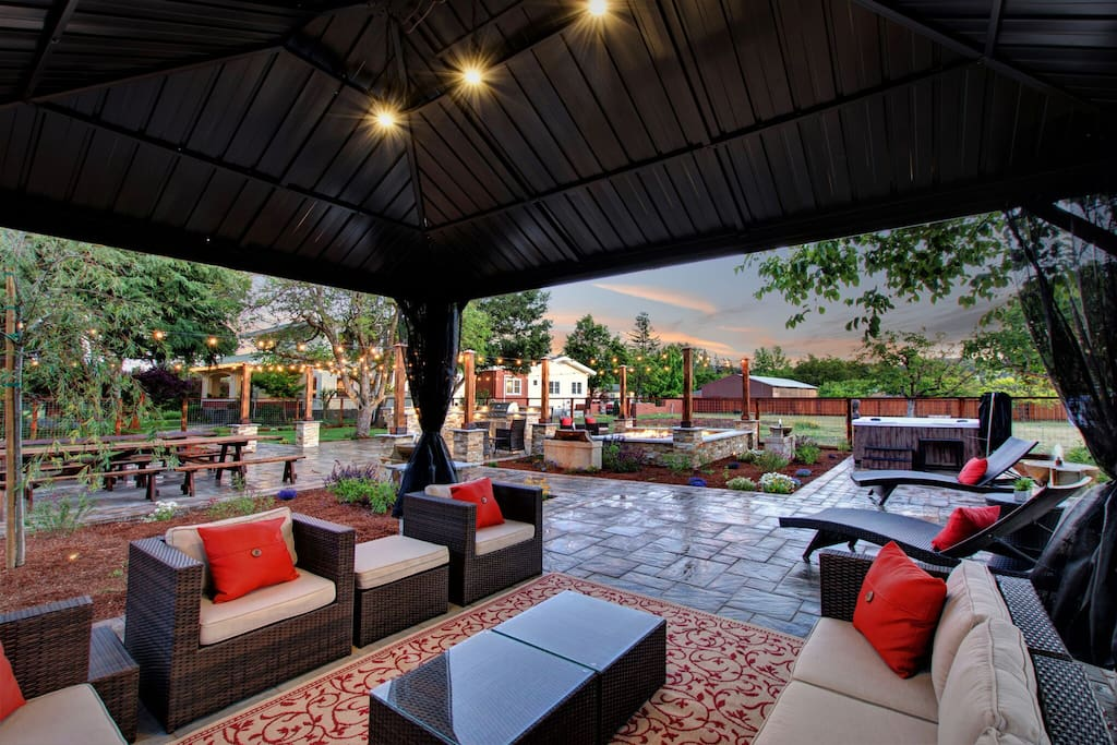 Outdoor Patio, BBQ, Bar and Hot Tub